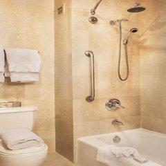 Отель Courtyard New York JFK Airport США, Нью-Йорк - отзывы, цены и фото номеров - забронировать отель Courtyard New York JFK Airport онлайн ванная