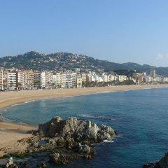 Отель Apartamentos Calafats Испания, Льорет-де-Мар - отзывы, цены и фото номеров - забронировать отель Apartamentos Calafats онлайн пляж