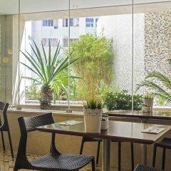 Отель HF Fenix Garden гостиничный бар