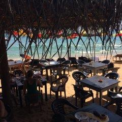 Отель Main Reef Guest House Хиккадува гостиничный бар