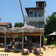 Отель Main Reef Surf hotel Шри-Ланка, Хиккадува - отзывы, цены и фото номеров - забронировать отель Main Reef Surf hotel онлайн пляж