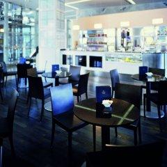 Отель Hilton Munich Airport Германия, Мюнхен - 7 отзывов об отеле, цены и фото номеров - забронировать отель Hilton Munich Airport онлайн гостиничный бар