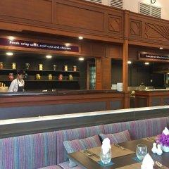 Отель Avani Pattaya Resort гостиничный бар