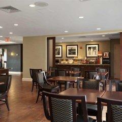 Отель Hampton Inn NY-JFK Jamaica-Queens США, Нью-Йорк - 1 отзыв об отеле, цены и фото номеров - забронировать отель Hampton Inn NY-JFK Jamaica-Queens онлайн гостиничный бар