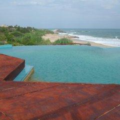 Отель Kirinda Beach Resort бассейн