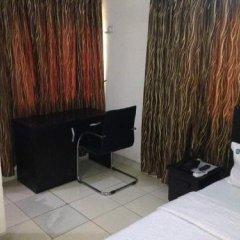 Отель Ekulu Green Guest House Энугу сейф в номере