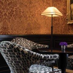 Отель Le Pavillon de la Reine Франция, Париж - отзывы, цены и фото номеров - забронировать отель Le Pavillon de la Reine онлайн гостиничный бар
