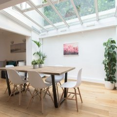 Отель Incredible 4 bedroom family home with roof terrace in Kensington