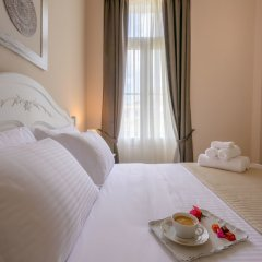 Отель Home and Art Suites сейф в номере