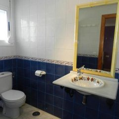 Отель Hostal El Alferez Испания, Вехер-де-ла-Фронтера - отзывы, цены и фото номеров - забронировать отель Hostal El Alferez онлайн ванная