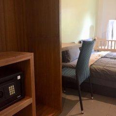 Отель Field-d House сейф в номере