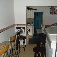 Отель By The Sea Vacation Home And Villa гостиничный бар