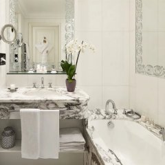 Hotel Plaza Athenee Париж ванная