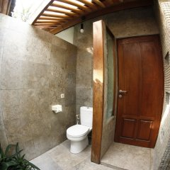 Отель Bayshore Villas Candi Dasa Индонезия, Бали - отзывы, цены и фото номеров - забронировать отель Bayshore Villas Candi Dasa онлайн ванная фото 2
