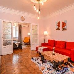 Отель FM Deluxe 2-BDR Apartment - La La Land Болгария, София - отзывы, цены и фото номеров - забронировать отель FM Deluxe 2-BDR Apartment - La La Land онлайн комната для гостей фото 2