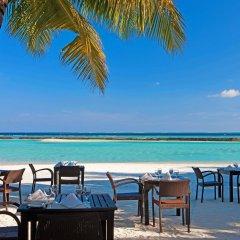 Отель Sheraton Maldives Full Moon Resort & Spa Мальдивы, Остров Фуранафуши - отзывы, цены и фото номеров - забронировать отель Sheraton Maldives Full Moon Resort & Spa онлайн питание