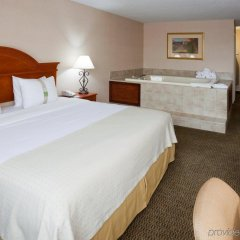 Отель Holiday Inn Bloomington Airport South Mall Area Блумингтон комната для гостей фото 3