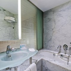Отель Hilton Athens Греция, Афины - отзывы, цены и фото номеров - забронировать отель Hilton Athens онлайн ванная