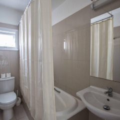 Отель Tsokkos Holiday Hotel Apartments Кипр, Айя-Напа - 1 отзыв об отеле, цены и фото номеров - забронировать отель Tsokkos Holiday Hotel Apartments онлайн ванная