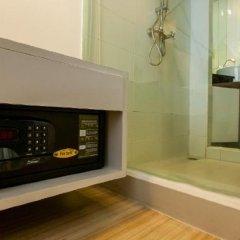 Отель Sukhumvit Suites Бангкок сейф в номере