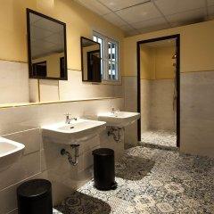 The Motley House - Hostel Бангкок ванная