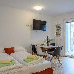 Апартаменты FeelGood Apartments Seestadt Green Living Вена комната для гостей фото 5