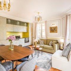 Отель Sunshine 2 bedroom - Luxury at Louvre Париж комната для гостей
