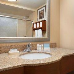 Отель Hampton Inn New York - LaGuardia Airport США, Нью-Йорк - отзывы, цены и фото номеров - забронировать отель Hampton Inn New York - LaGuardia Airport онлайн ванная