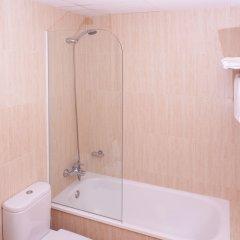 Отель Checkin Caribe Youth Hotel Испания, Льорет-де-Мар - отзывы, цены и фото номеров - забронировать отель Checkin Caribe Youth Hotel онлайн ванная