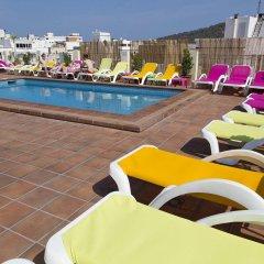 Отель Hostal Ferrer Испания, Сан-Антони-де-Портмань - отзывы, цены и фото номеров - забронировать отель Hostal Ferrer онлайн бассейн