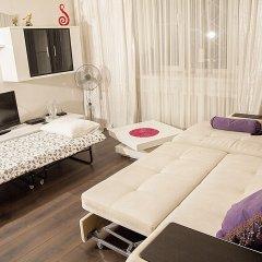 Апартаменты Funny Dolphins Apartments Nikoloyamskaya комната для гостей фото 3