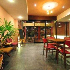 Отель Feung Nakorn Balcony Rooms & Cafe Бангкок интерьер отеля фото 3