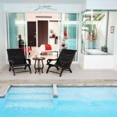 Отель The Old Phuket - Karon Beach Resort бассейн