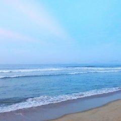 Отель Co Bon Beachside пляж
