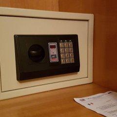Hotel La Lanterna Киеза-ин-Вальмаленко сейф в номере