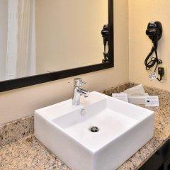 Отель Comfort Suites East ванная фото 2