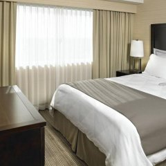 Отель Delta Hotels by Marriott Saskatoon Downtown сейф в номере