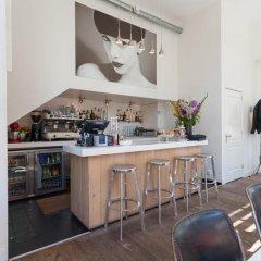 Отель The Rembrandt Suite гостиничный бар