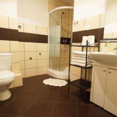 Отель Blooms Inn & Apartments Польша, Познань - отзывы, цены и фото номеров - забронировать отель Blooms Inn & Apartments онлайн ванная фото 2