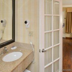 Отель Best Western Plus Raffles Inn & Suites ванная