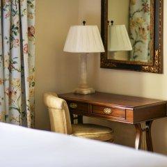Отель The Savoy сейф в номере