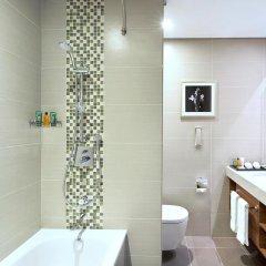 Отель Hilton Garden Inn Dubai Al Muraqabat Дубай ванная