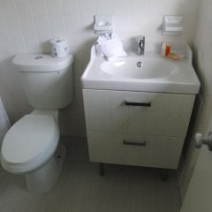 Отель Regency Inn & Suites ванная фото 2