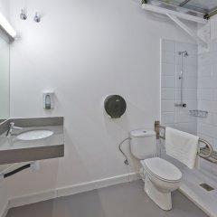 Отель Hola Hostal Collblanc ванная
