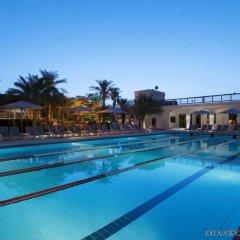 Отель Radisson Blu Hotel & Resort ОАЭ, Эль-Айн - отзывы, цены и фото номеров - забронировать отель Radisson Blu Hotel & Resort онлайн бассейн фото 2