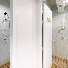 REST IS MORE Hostel Бангкок ванная
