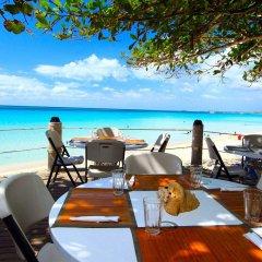 Отель Travellers Beach Resort пляж