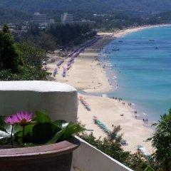 Отель On The Hill Karon Resort пляж