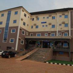 Отель Golden Valley Hotel Enugu Нигерия, Нсукка - отзывы, цены и фото номеров - забронировать отель Golden Valley Hotel Enugu онлайн вид на фасад фото 2