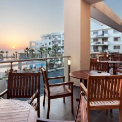 Отель Capital Coast Resort And Spa гостиничный бар фото 2
